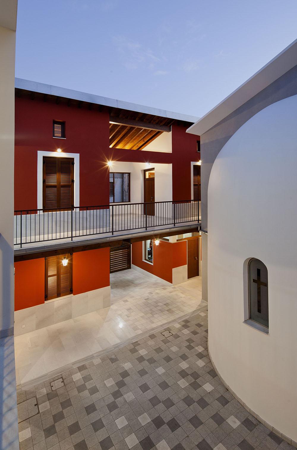 Η πτέρυγα των ξενώνων με τη δεύτερη είσοδο και το χαγιάτι/ ηλιακό όπου ανοίγουν δύο από τους ξενώνες του ορόφου, © Creative Photo Room