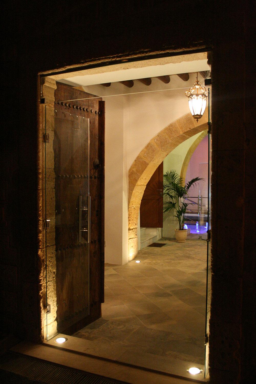 Η κύρια, «επίσημη» πρόσβαση, διαμέσου του ημιϋπαίθριου χώρου με την τοξοστοιχία του υφιστάμενου διατηρητέου κτιρίου, © Creative Photo Room