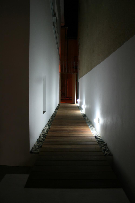 Η εναλλακτική τρίτη πρόσβαση, διαμέσου περάσματος στα δυτικά, επί της οδού Αθηνών, © Creative Photo Room