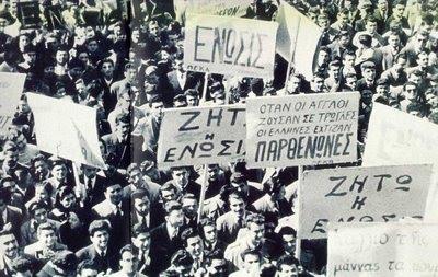 """""""Διαδήλωση υπέρ του Ενωτικού Δημοψηφίσματος της 15ης Ιανουαρίου 1950"""". Η εθνική ιδέα εκφράστηκε κυρίαρχα από τον νεοκλασικό ρυθμό των ελληνικών γυμνασίων (Παγκύπριο και Φανερωμένη) και το Αρχαιολογικό Μουσείο, ενώ, ακόμα και στα πλακάτ των διαδηλωτών είναι παραπάνω από πρόδηλη η συμβολική αναφορά στα εθνικά αρχιτεκτονικά σύμβολα και η ταύτιση με αυτά"""