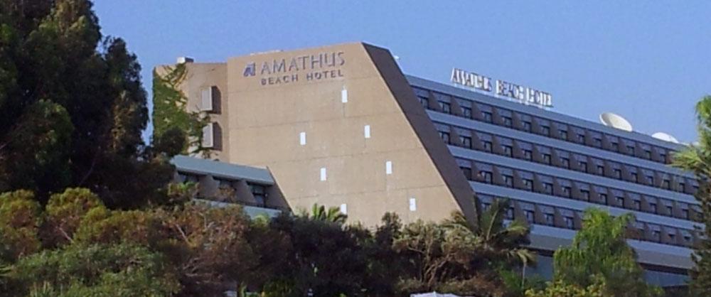 Η δυτική «τυφλή» όψη του Ξενοδοχείου Amathus, στη Λεμεσό, με τα προσφάτως ανοιχθέντα παραθυράκια, © Φειδίας Παυλίδης, 2014