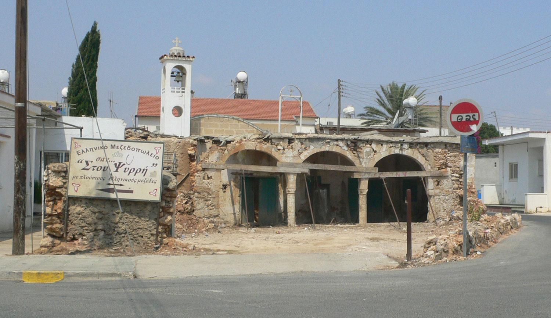 Παραδοσιακή οικοδομή στο κέντρο Παραλιμνίου σε επικίνδυνη κατάσταση. Ποιος ξέρει αν θα αντέξει μέχρι τον επόμενο χρόνο; ©Γ. Ψάλτης/βίος&πολιτεία, 2014