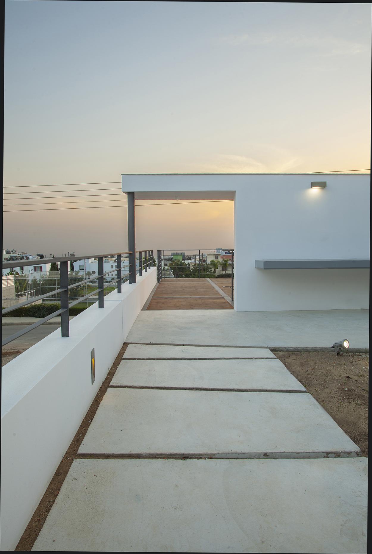 Άποψη από την ενδιάμεση στάθμη και την αυλή προς τα νοτιο-δυτικά, ©Agisilaou & Spyrou Photography