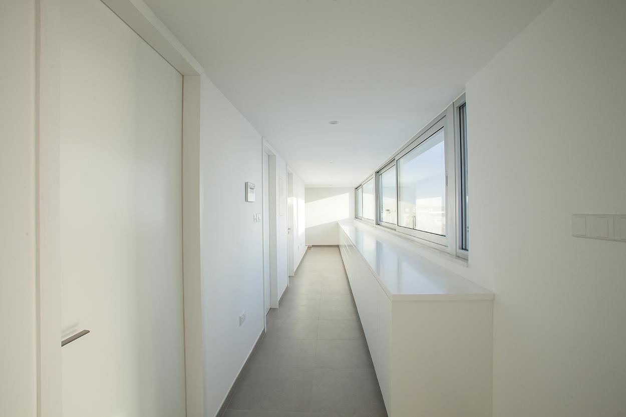 """Ο διάδρομος - """"γέφυρα"""" με τα υπνοδωμάτια στον όροφο, ©Agisilaou & Spyrou Photography"""