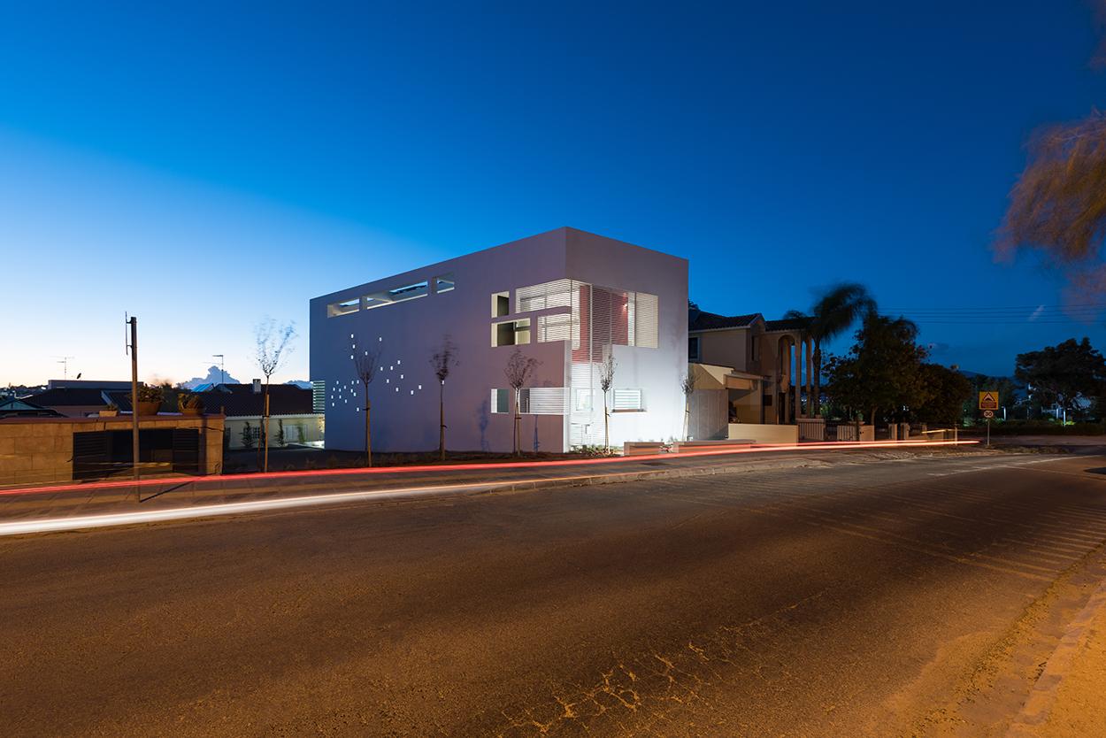 Νυχτερινή άποψη κατοικίας από ΝΑ, © Χάρης Σολωμού (Architectural Photography)