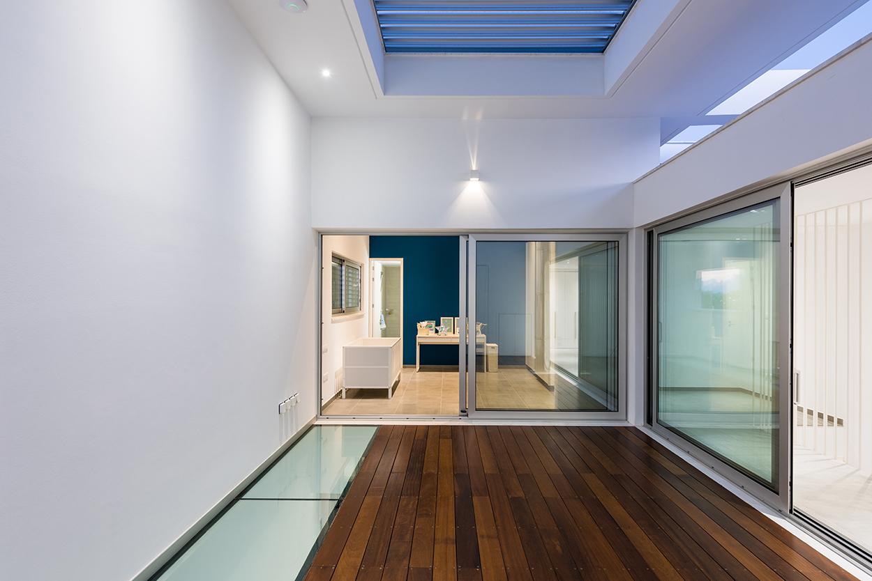 Το αίθριο στον όροφο. Η εξασφάλιση του φυσικού φωτισμού και κυρίως ηλιασμού των χώρων γίνεται από την «πέμπτη όψη» (προς τα άνω) , © Χάρης Σολωμού (Architectural Photography)